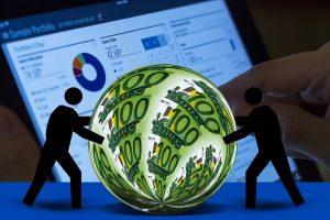 image d'un homme poussant une pièce de monnaie, pour illuster la raison financière dans la motivation au travail