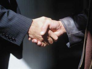 poignet de main entre deux hommes